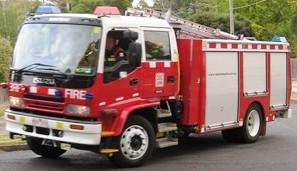 Brandweer rijdt de straat in
