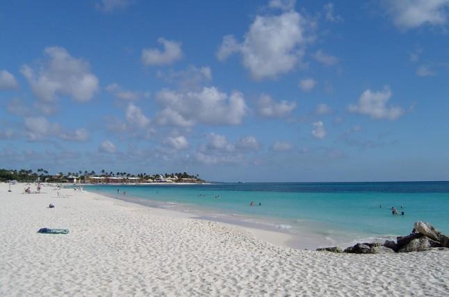 Het mooie strand van Aruba