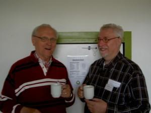Jan Lensink en Wim Bootsma genieten van een kopje koffie